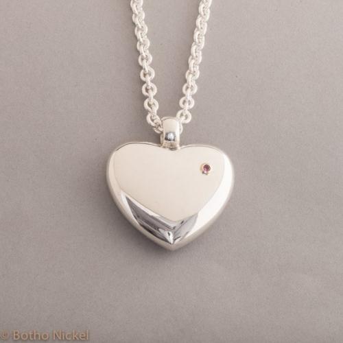 Kette aus Silber mit Herz und pinken Saphir, Botho Nickel Schmuck Hamburg, Juwelier und Goldschmiede