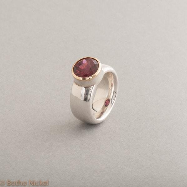 Ring aus Silber mit Rhodolith, Fassung aus 18 Karat Gold, Botho Nickel Schmuck Hamburg, Juwelier und Goldschmiede