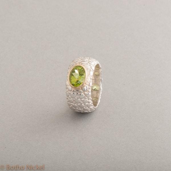 Ring aus Silber mit Peridot Fassung aus 18 Karat Gold, Botho Nickel Schmuck Hamburg, Juwelier und Goldschmiede